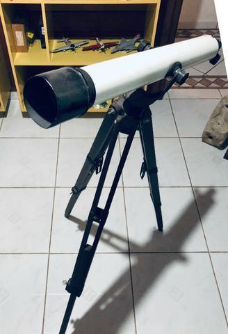 Telescopio com tripe de madeira