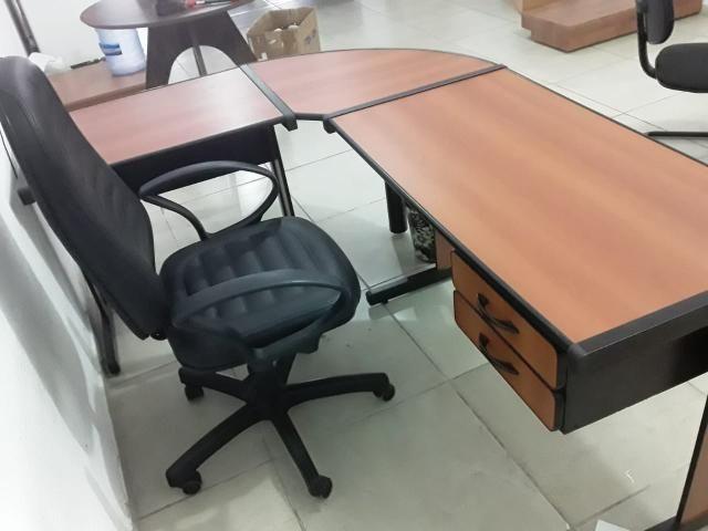 Geladeira e mesas de escritório - Foto 5