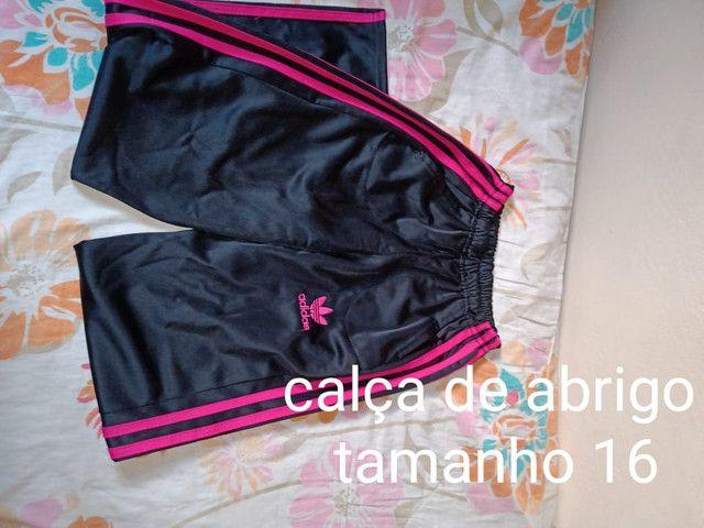 3 calças jeans 1 calça de abrigo e um short infantil - Foto 4
