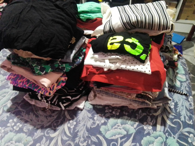Vendo lote pra brechó roupas boa  - Foto 6