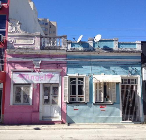 Três casas interligadas com ótima localização central à venda