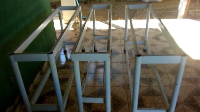 01 mesa tipo balcão de ferro medindo 1,55mts por 35cm