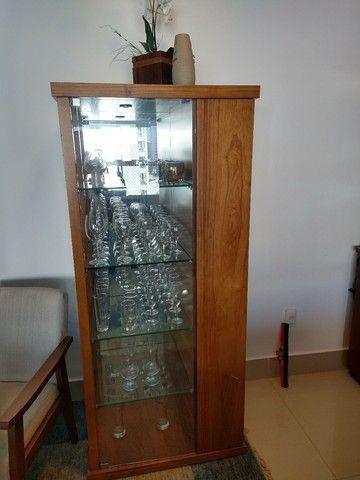 Cristaleira com adega de vinhos