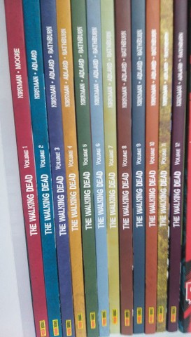 12 VOLUMES DE THE WALKING DEAD QUADRINHOS