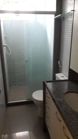 Apartamento reformado, piso em porcelanato, armários, cozinha pronta. - Foto 3