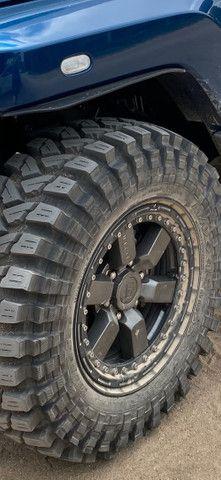 Jogo 4 pneus Maxxis Trepador 35 com aro e beadlock - Foto 3