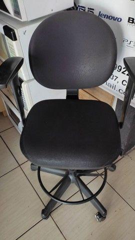 Cadeira de escritório + apoio para descanso dos pés.