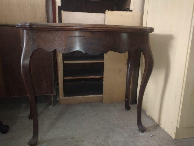 Mesa de madeira Antiga chipandelle. Aparador. E mesa de canto Chipandelle