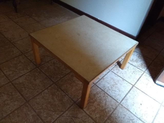 Mesinha simples de madeira quadrada