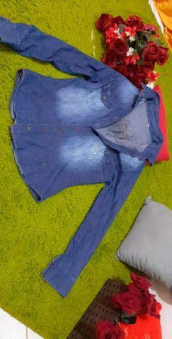 Blusa jeans e casaco de sued