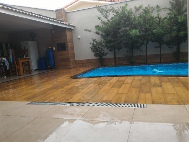 Casa com piscina na 106 Norte