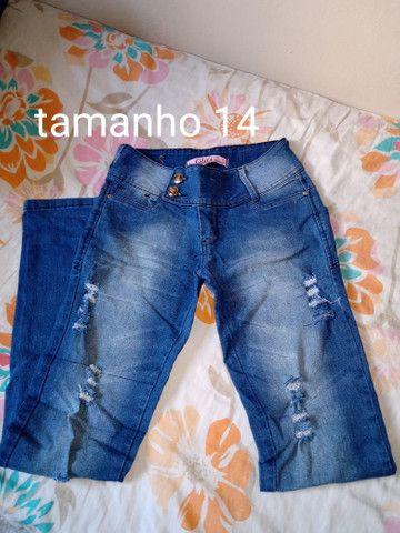 3 calças jeans 1 calça de abrigo e um short infantil - Foto 2