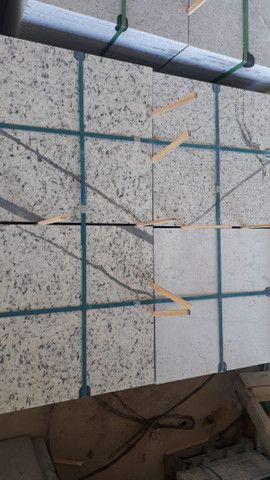 Oportunidade Granito Branco Dallas 57x57x1,5 - Foto 3