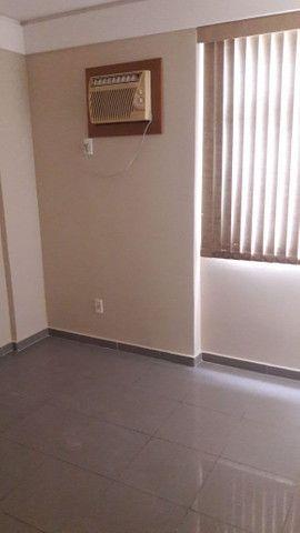 Apartamento reformado, piso em porcelanato, armários, cozinha pronta. - Foto 4
