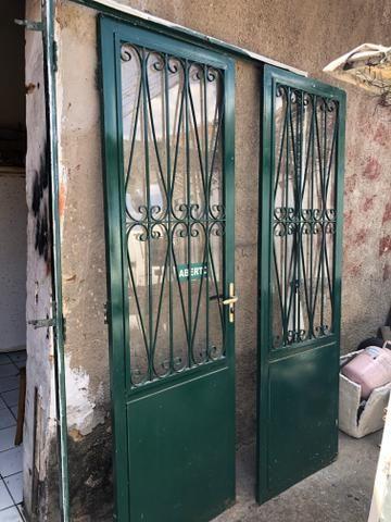 Vende-se conjunto de portas de ferro com detalhes em vidro