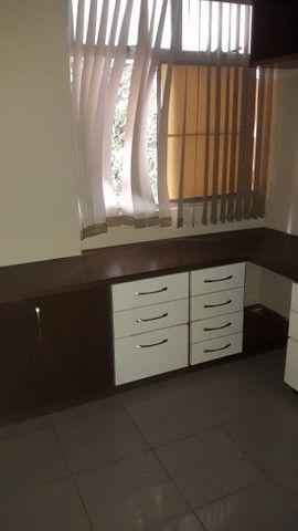 Apartamento reformado, piso em porcelanato, armários, cozinha pronta.