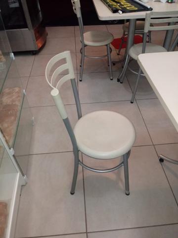 Vendo mesa grande com 4 cadeiras ,tenho 3 mesas otimo estado - Foto 3