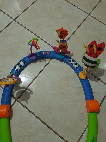 Tapete com brinquedo para bebê