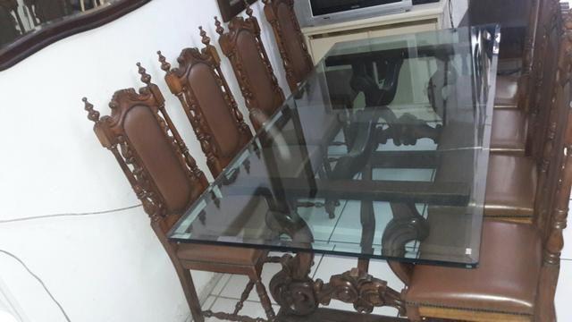 Vendo mesa e oito cadeiras