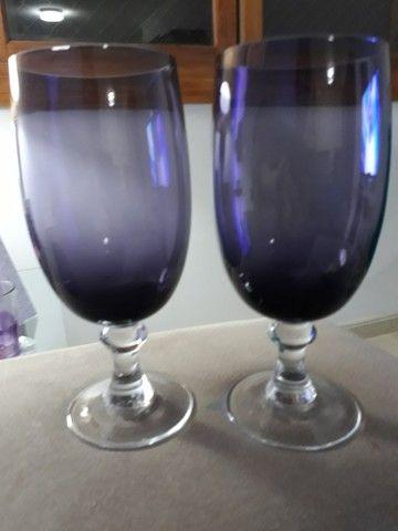 Dois copos de vidro lilás