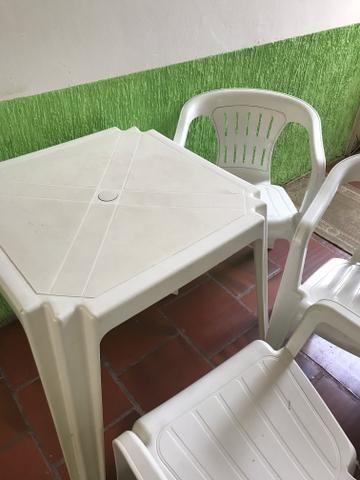 Mesa plástica com 3 cadeiras