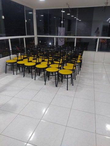 Vendo 10 conjuntos de mesas em mármore e 40 cadeiras com acendo estofado  - Foto 2