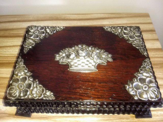 caixa porta jóias antiga de madeira jacarandá e prata de lei - Foto 4