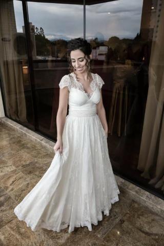 Vestido de noiva off-white com renda
