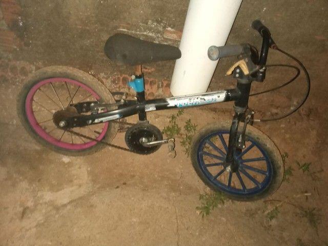 vendo bicicleta infatil filer valor 40 reais tudo ok - Foto 2