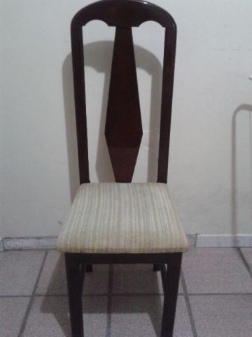 Cadeira de madeira com almofada(em bom estado)