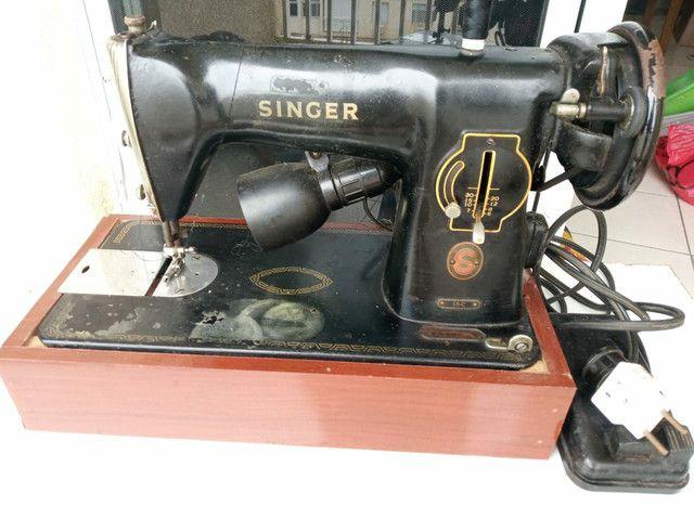 Máquina de costura Singer com motor