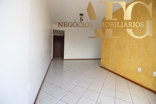 Apartamento com 3 dormitórios 1 suíte com elevador e sacada, próximo ao trevo de Barreiros - Foto 4