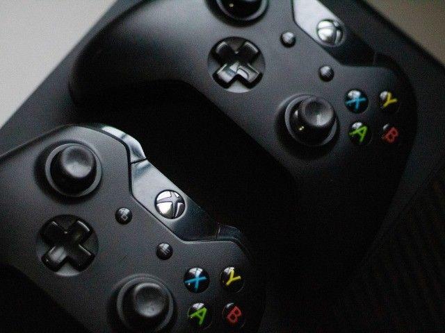 Xbox One 1TB completo com Kinect + 2 Controles + 2 Jogos