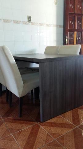 Mesa com 4 cadeiras estofadas