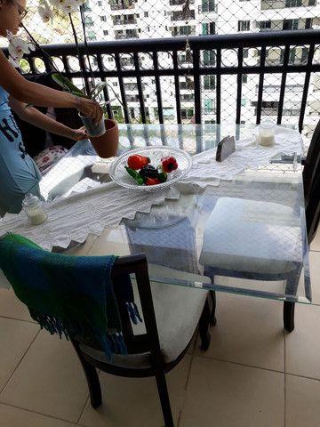 Vende-se mesa de vidro temperado linda e 3 cadeiras a quarta precisa aceitar a perna