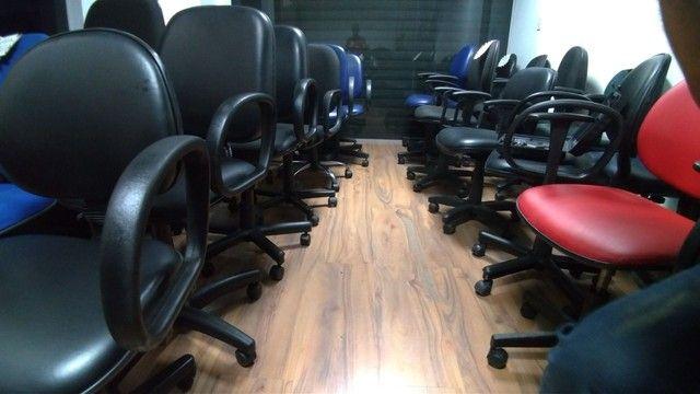 Cadeiras Coloridas Reformadas Seminova Fixa Pés Giratória - Foto 5
