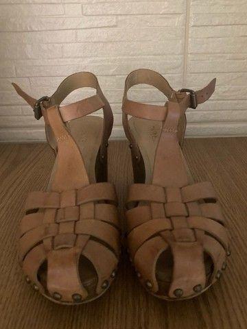 sandália de salto com couro arezzo