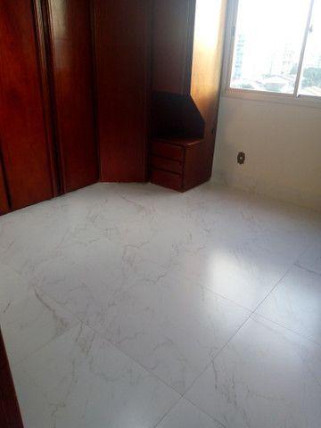 Apartamento 3 quartos, 2 garagens, no porcelanato, próx ao Goiânia Shopping - Foto 6