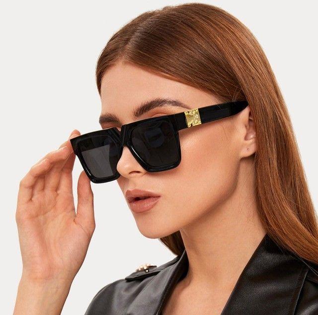 Óculos feminino preto com detalhe dourado