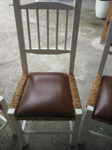 4 cadeiras antigas de madeira super confortavel - Foto 2