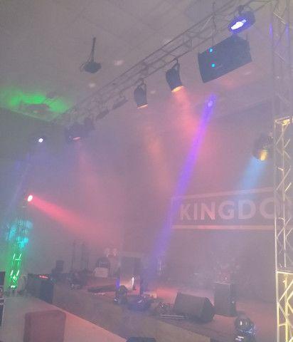 Som palco e iluminação.