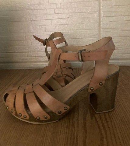 sandália de salto com couro arezzo - Foto 2