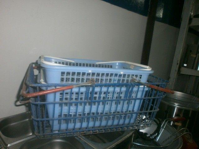 treis cestinhas de mercado de plástico
