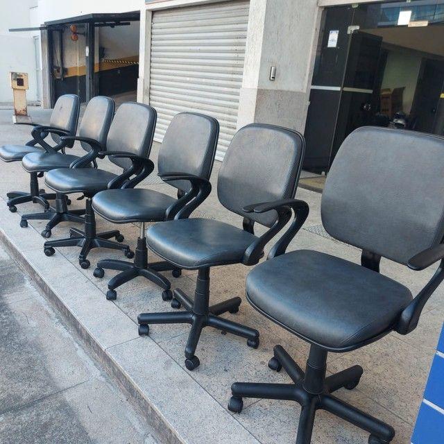 Cadeiras Coloridas Reformadas Seminova Fixa Pés Giratória - Foto 4