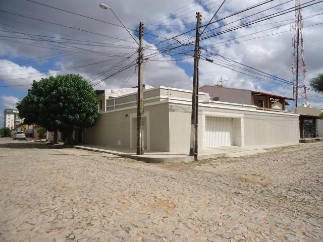 Casa plana no José de Alencar com 3 quartos, 2 vagas, ao Próximo a igreja Videira