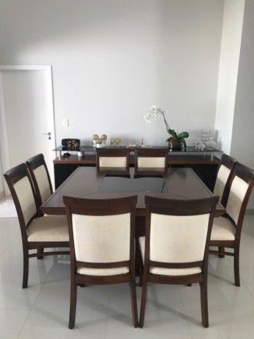 Mesa com 8 cadeiras + aparador de madeira com vidro preto