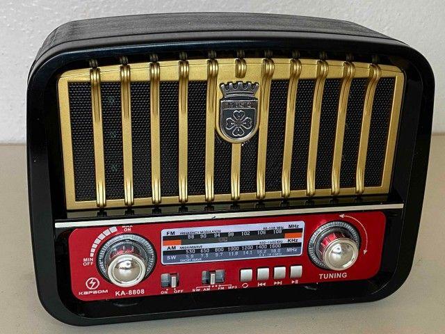 Rádio Retrô Portátil Mustang Vintage C/ AM e FM, Bluetooth, Antena e Lanterna 1200w