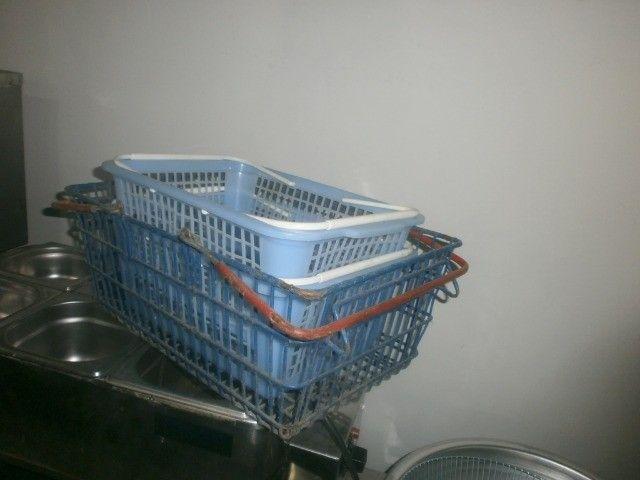 treis cestinhas de mercado de plástico - Foto 5