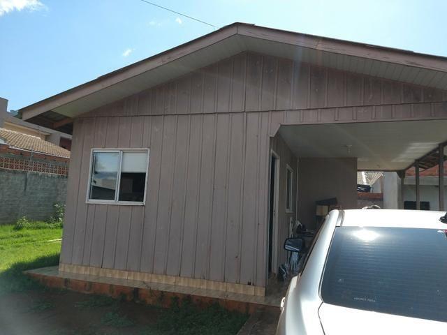 Terreno murado com casa de madeira - Foto 2