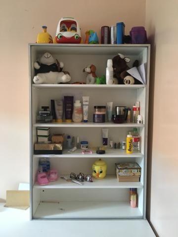 Vendo escrivana, com um armário aberto